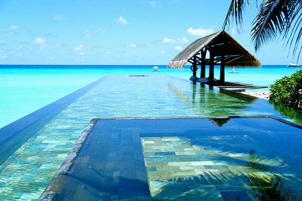 Photo d'une superbe piscine à débordement à Bali