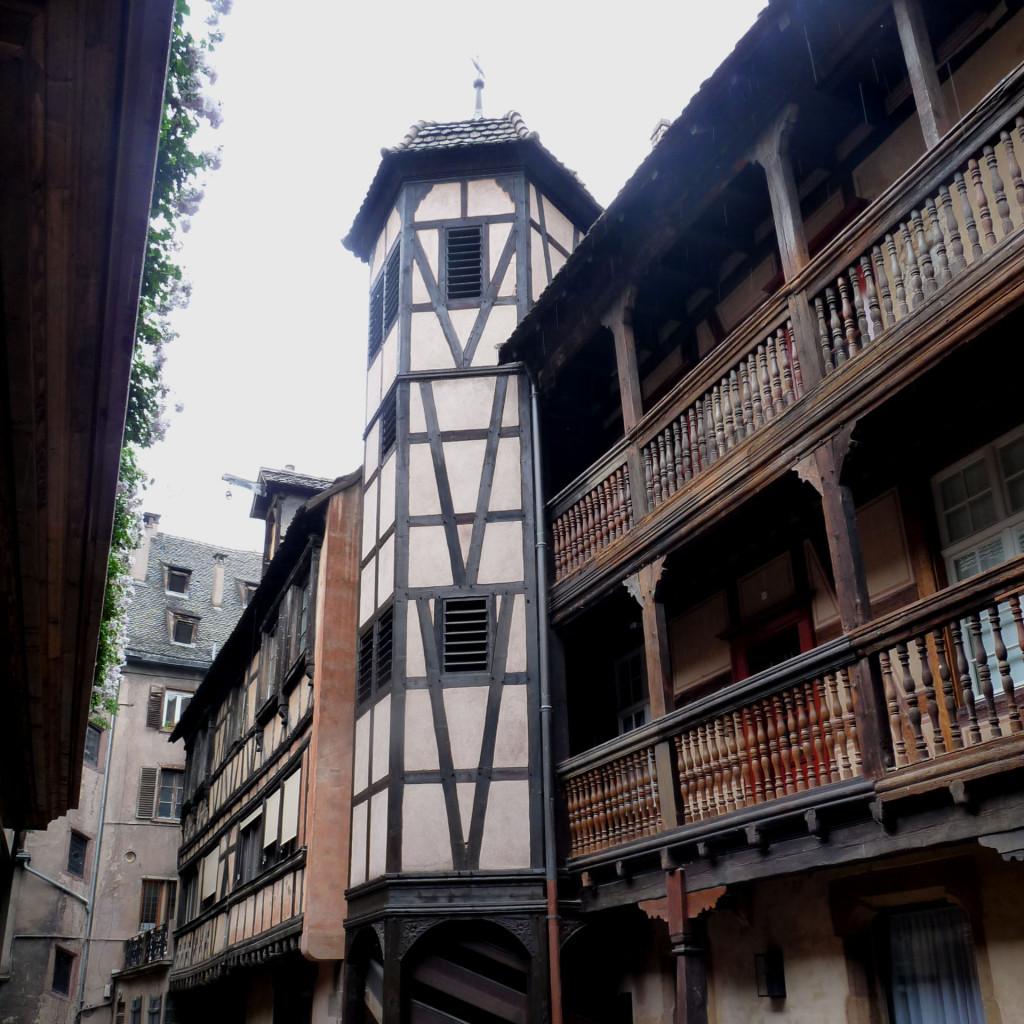 Photo de la façade à colombage de l'hôtel la cour du corbeau 4* à Strasbourg