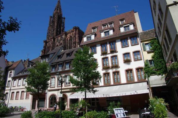 Photo de la façade de l'hôtel Le Rohan avec la cathédrale Notre Dame de Strasbourg en fond