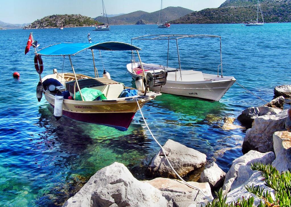 photo de bateaux de pêche typique sur la plage d'Antalya